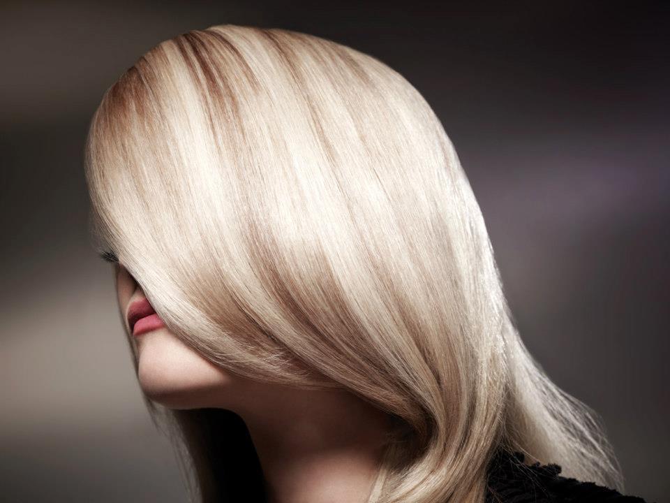 Kleuren Kleuren is tegenwoordig een behandeling die veel gedaan wordt in de salon. Veel vrouwen hebben gekleurd haar om verschillende redenen. Ze kiezen voor kleur omdat ze grijs worden, maar ze kiezen ook voor kleur omdat ze hun eigen haarkleur saai vinden. Kleuren is dan ook enorm in ontwikkeling, de [...]